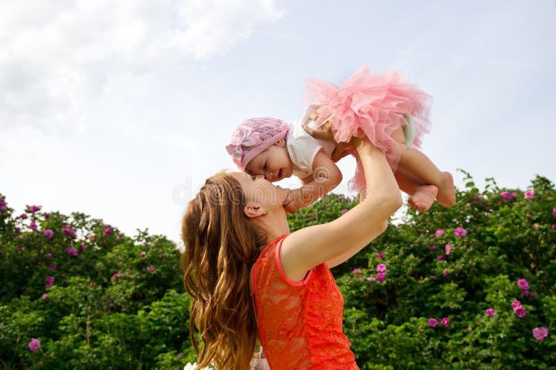 Glückliche Mutter mit Baby lizenzfreie stockfotos