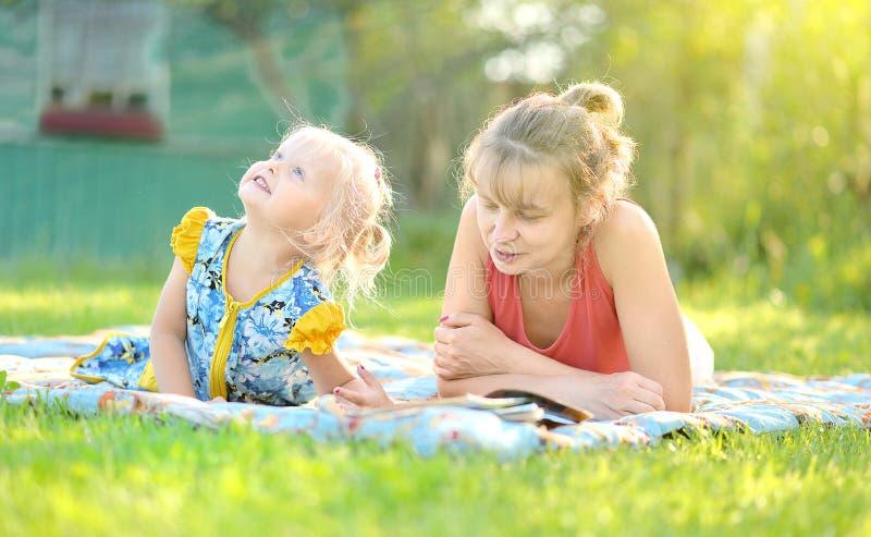 Glückliche Mutter mit dem Kind, das zusammen Natur genießt stockfotografie