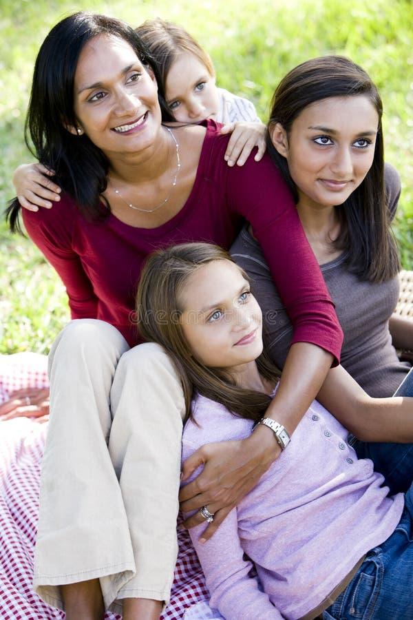 Glückliche Mutter mit dem Lächeln mit drei schönen Kindern stockfotos
