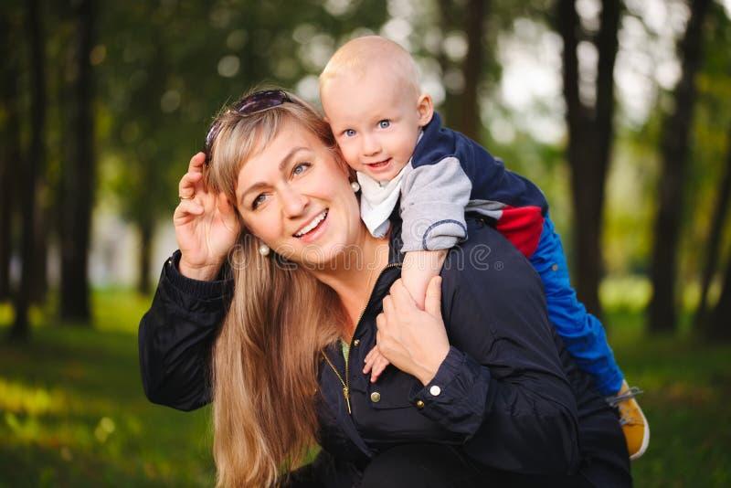 Glückliche Mutter mit ihrem Baby lizenzfreies stockbild