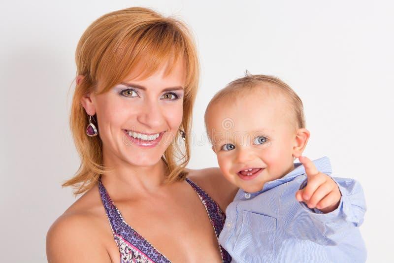 Glückliche Mutter mit ihrem Sohn lizenzfreie stockbilder