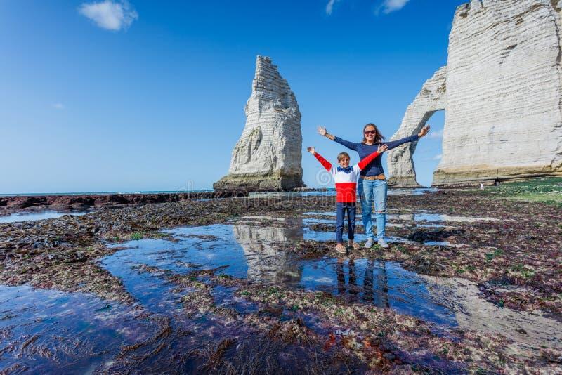 Glückliche Mutter mit ihrem Sohn, der Spaß im Etretat hat frankreich lizenzfreies stockfoto