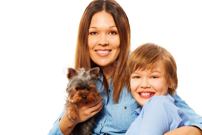Glückliche Mutter mit ihrem Sohn und Yorkshire Terrier lizenzfreie stockfotografie