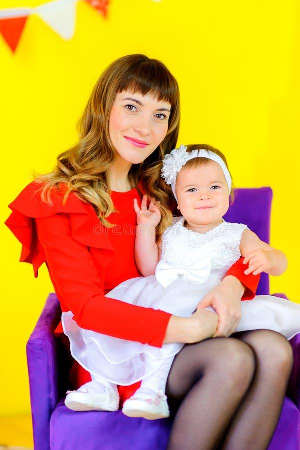 glückliche Mutter mit ihrer geliebten Tochter stockfotos