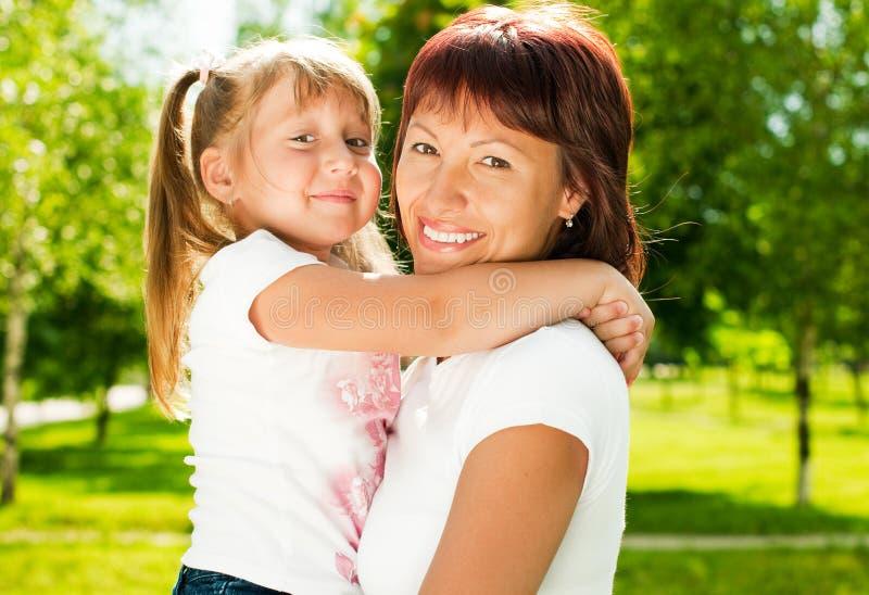 Glückliche Mutter mit ihrer Tochter lizenzfreies stockfoto