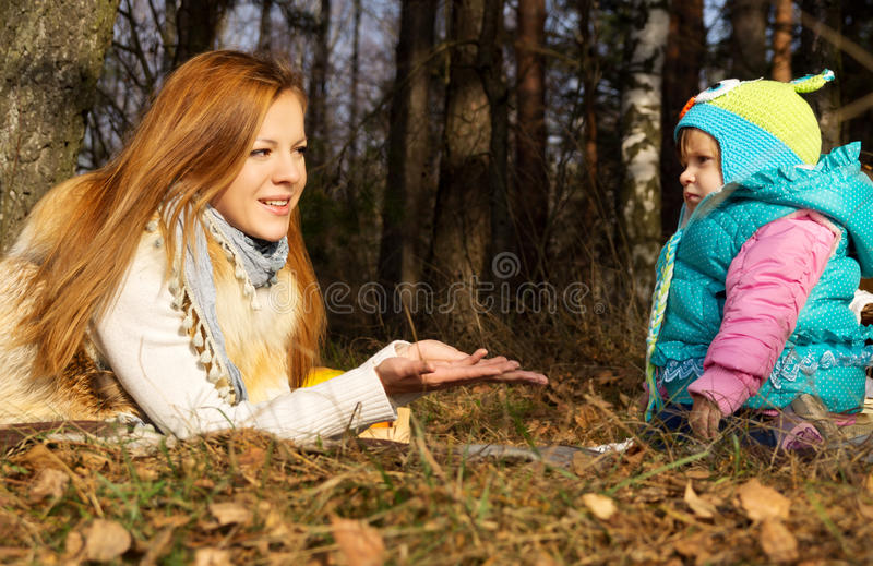 Glückliche Mutter mit ihrer Tochter in der Natur lizenzfreie stockfotos