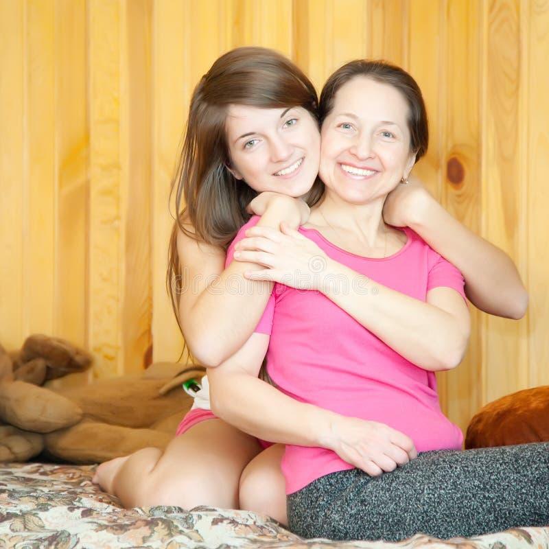 Glückliche Mutter mit jugendlich Tochter stockfotos