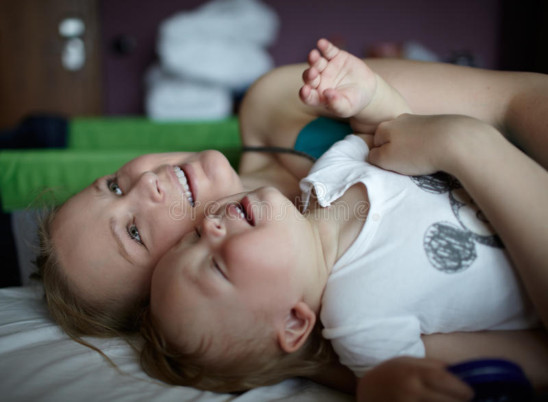 Glückliche Mutter mit Kind in einem Hotelzimmer lizenzfreie stockfotos