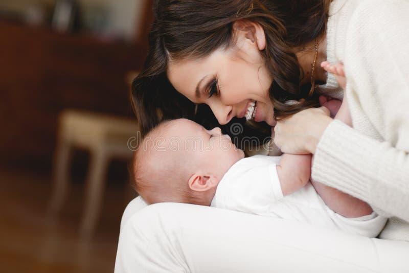 Glückliche Mutter mit neugeborenem Schätzchen lizenzfreies stockbild