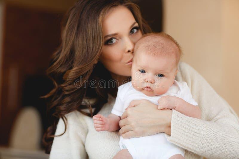 Glückliche Mutter mit neugeborenem Schätzchen stockfoto