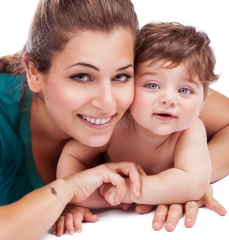 Glückliche Mutter mit Schätzchen lizenzfreies stockbild