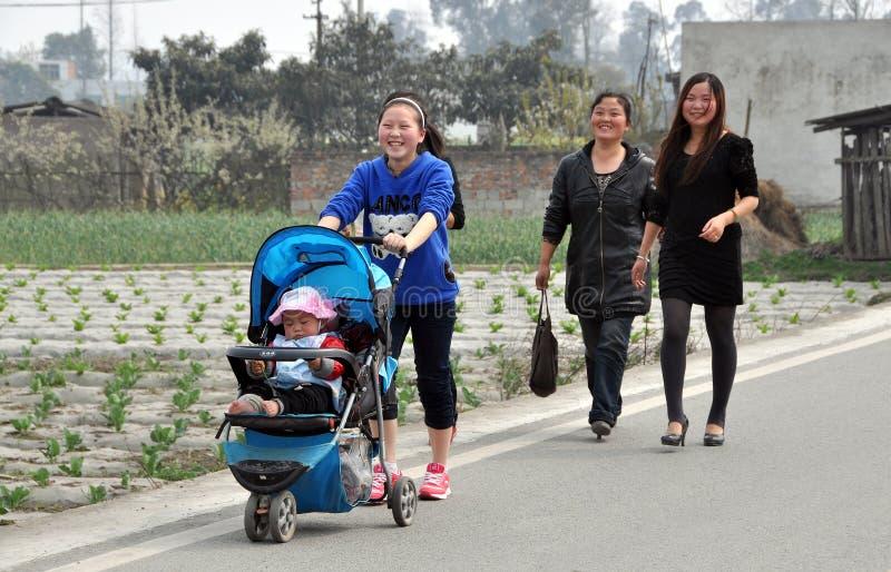 Glückliche Mutter mit Schätzchen im Spaziergänger lizenzfreie stockfotografie