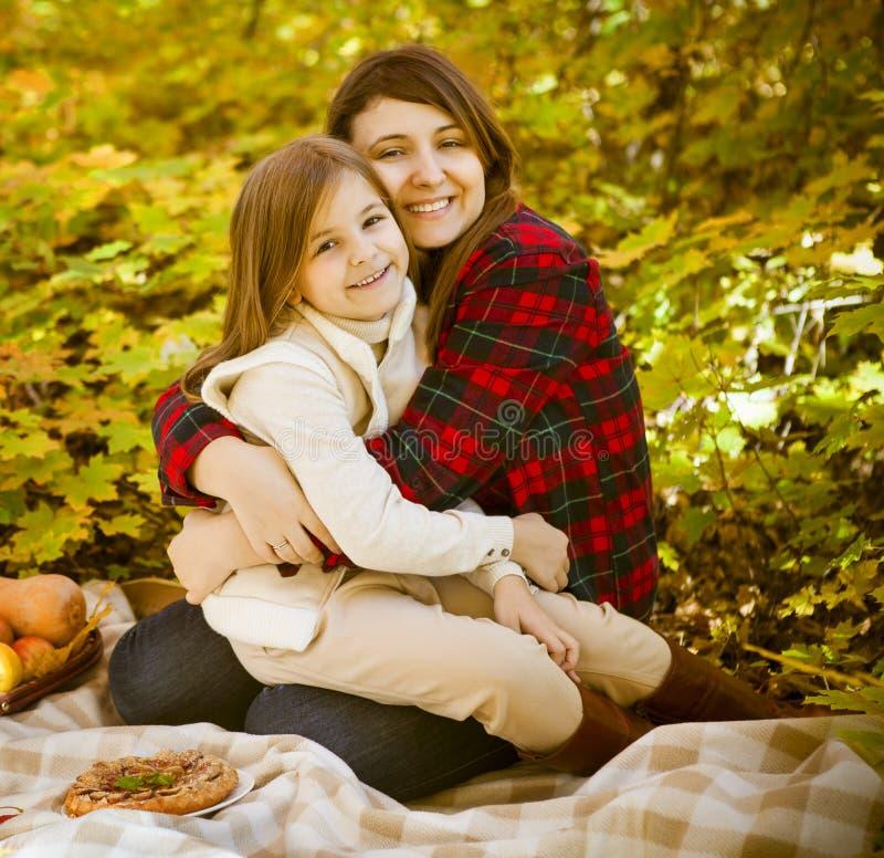 Glückliche Mutter mit Tochter auf Herbstpicknick lizenzfreie stockfotografie