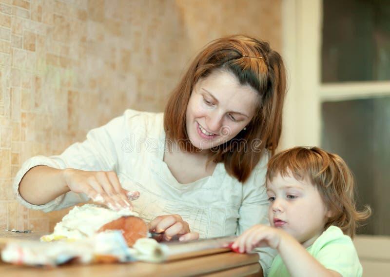 Glückliche Mutter mit vereitelnden Lachsen des Mädchens stockbilder