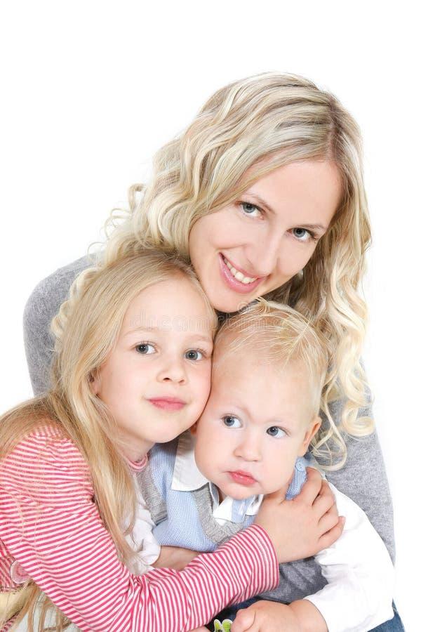 Glückliche Mutter mit zwei Kindern lizenzfreie stockfotos