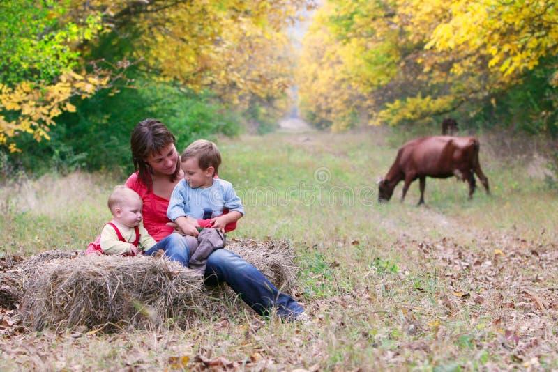 Glückliche Mutter mit zwei Kindern im Park lizenzfreie stockfotografie