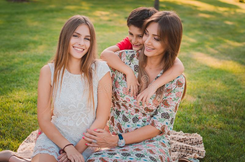Glückliche Mutter, Sohn und Tochter im Park Familie, die Spaß draußen hat Glückliches Familienkonzept stockbilder