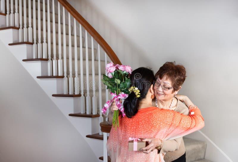 Glückliche Mutter-Tagesgeschenke für ältere Mutter von ihrer Tochter stockfoto