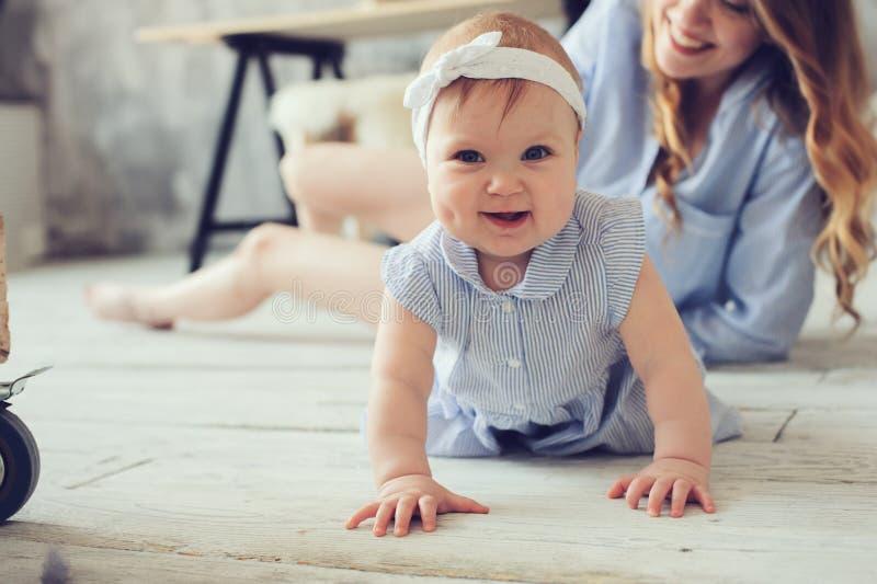 Glückliche Mutter und Baby, die zu Hause im Schlafzimmer spielt lizenzfreie stockfotografie