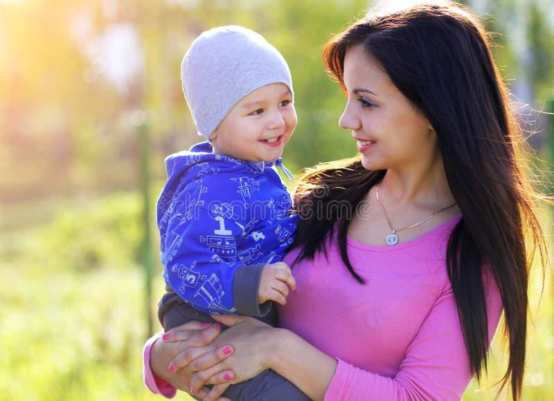 Glückliche Mutter und ihr Kind genießen den Vorfrühling im Park lizenzfreies stockfoto