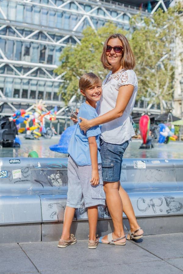 Glückliche Mutter und ihr Sohn, die Spaß nahe Pompidou-Mitte in Paris hat Touristen, die ihre Ferien in Frankreich genie?en lizenzfreie stockfotos