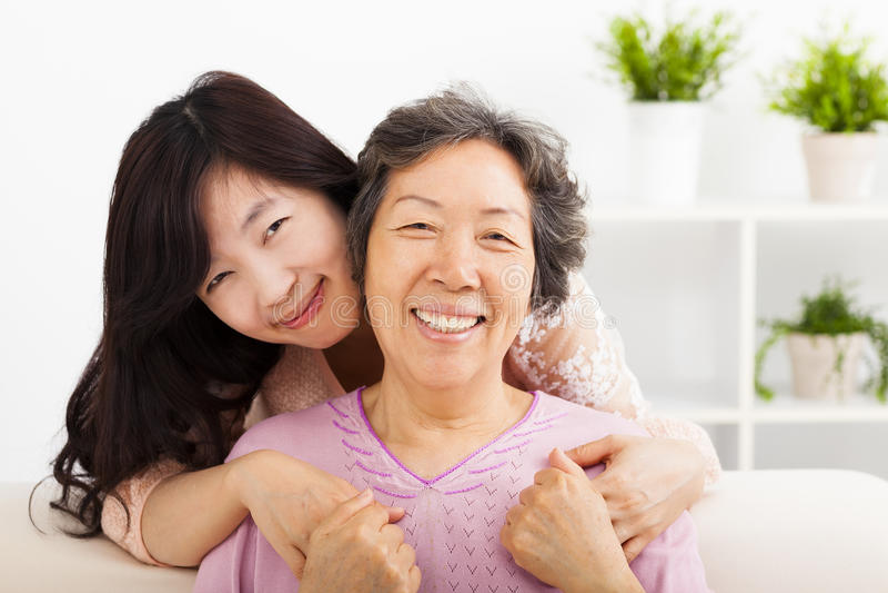 Glückliche Mutter und ihre Tochter stockfotos