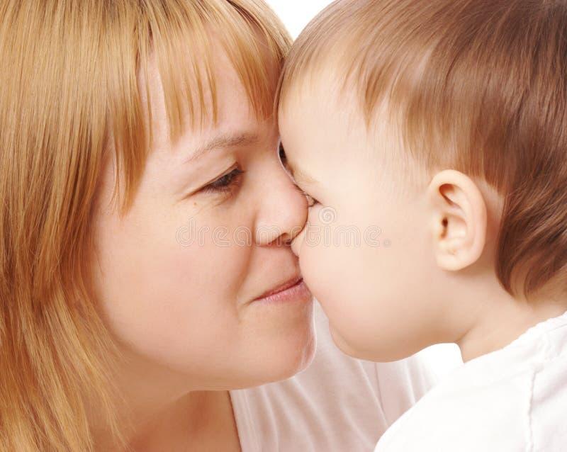 Glückliche Mutter und Kind, die einander betrachtet stockfoto
