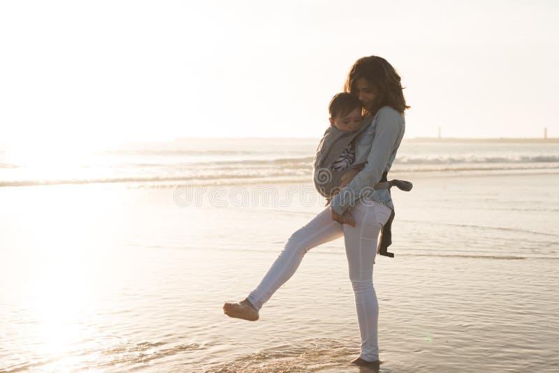 Glückliche Mutter und Schätzchen stockfotografie