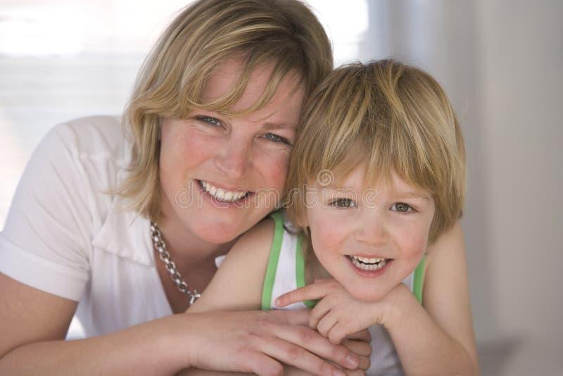 Glückliche Mutter und Sohn stockbilder