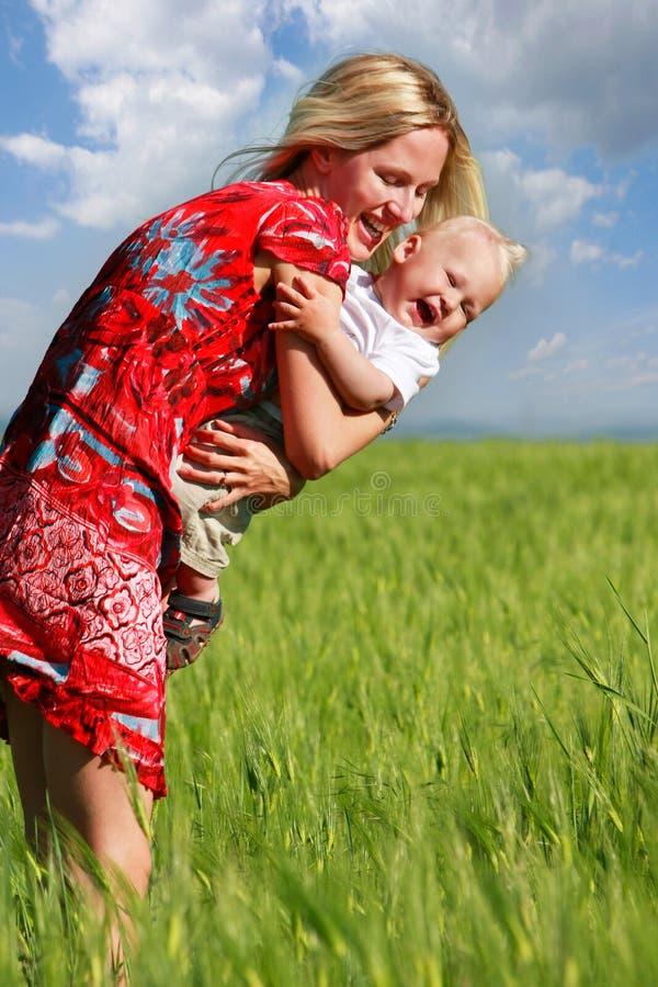 Glückliche Mutter und Sohn auf dem Gebiet lizenzfreie stockbilder