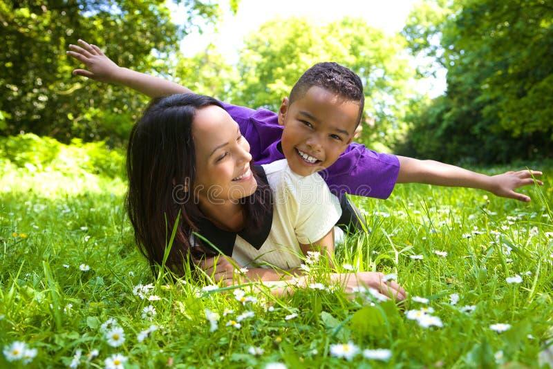 Glückliche Mutter und Sohn, die draußen spielt stockfotos