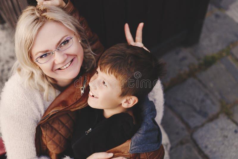 Glückliche Mutter und Sohn haben Spaß zusammen den im Freien stockfoto