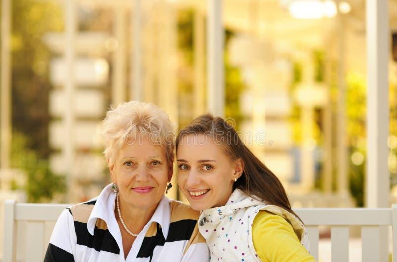 Glückliche Mutter und Tochter stockbild
