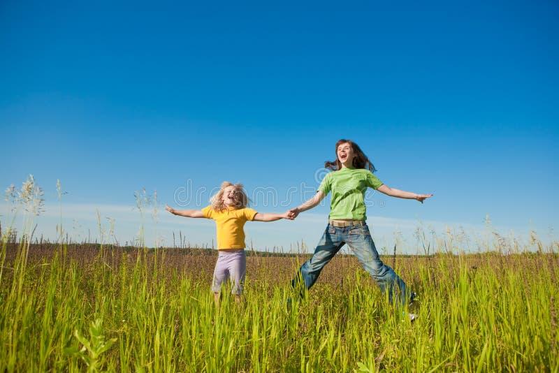 Glückliche Mutter und Tochter auf Feld lizenzfreies stockfoto