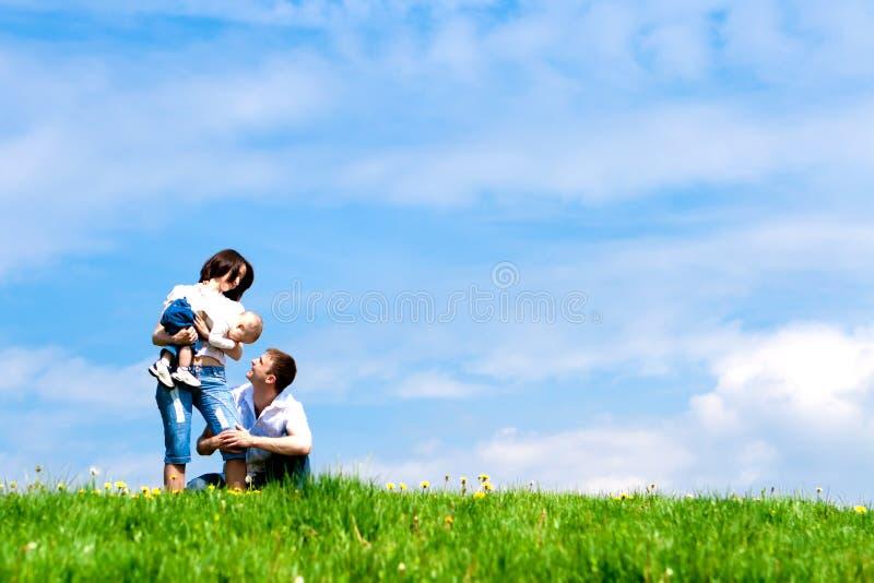 Glückliche Mutter, Vater und Schätzchen lizenzfreie stockbilder