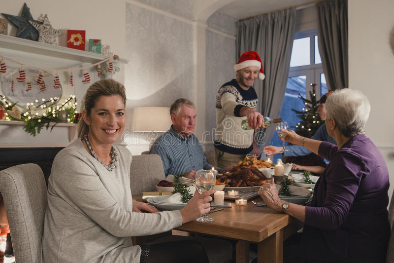 Glückliche Mutter am Weihnachtsessen lizenzfreie stockbilder