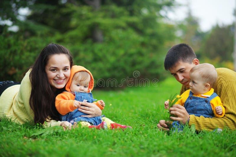 Glückliche Muttergesellschaft mit Zwillingen stockfotografie