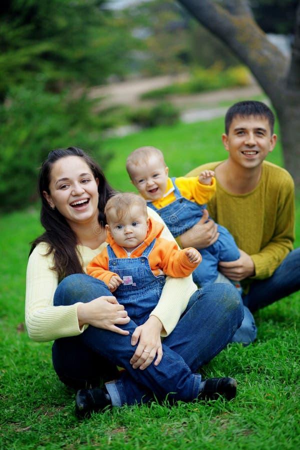 Glückliche Muttergesellschaft mit Zwillingen lizenzfreie stockbilder