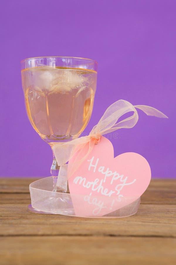 Glückliche Muttertagesgrußkarte mit Glas Bier stockfoto
