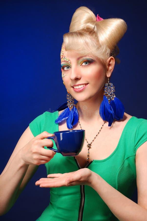 Glückliche nette blonde Dame lizenzfreies stockfoto