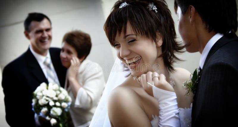 Glückliche neu-verheiratete Paare mit den Muttergesellschaftn stockfoto