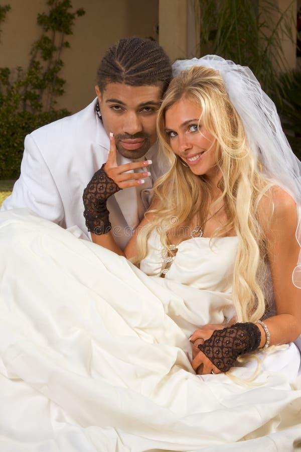 Glückliche neue wed zwischen verschiedenen Rassen Paare in der Hochzeitsstimmung stockfotos