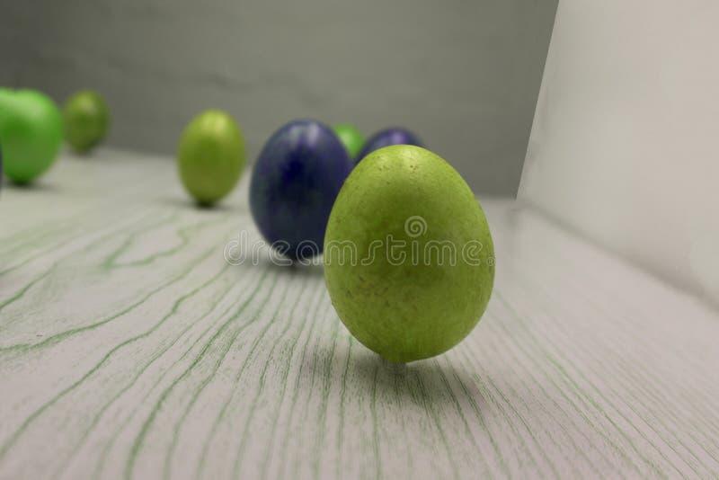 Glückliche Ostern-Karte: Reihen Eier mit dem Marmorsteineffekt, der mit natürlichem Färbung carcade gemalt wird, blühen auf graue lizenzfreie stockfotografie