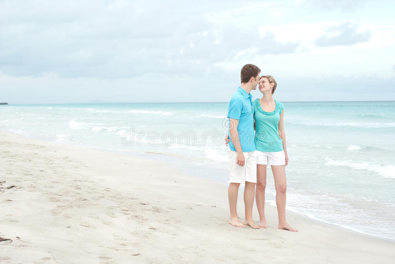 Glückliche Paare auf dem Strand lizenzfreies stockbild