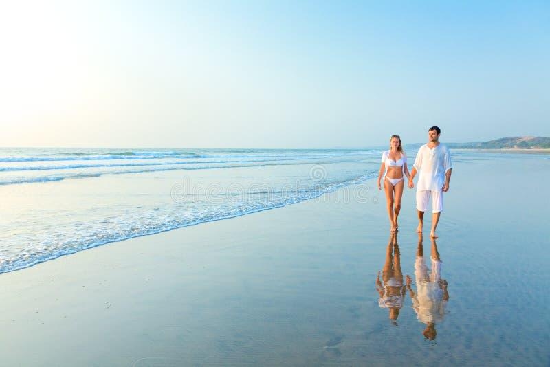 Glückliche Paare auf einem Strand stockbilder