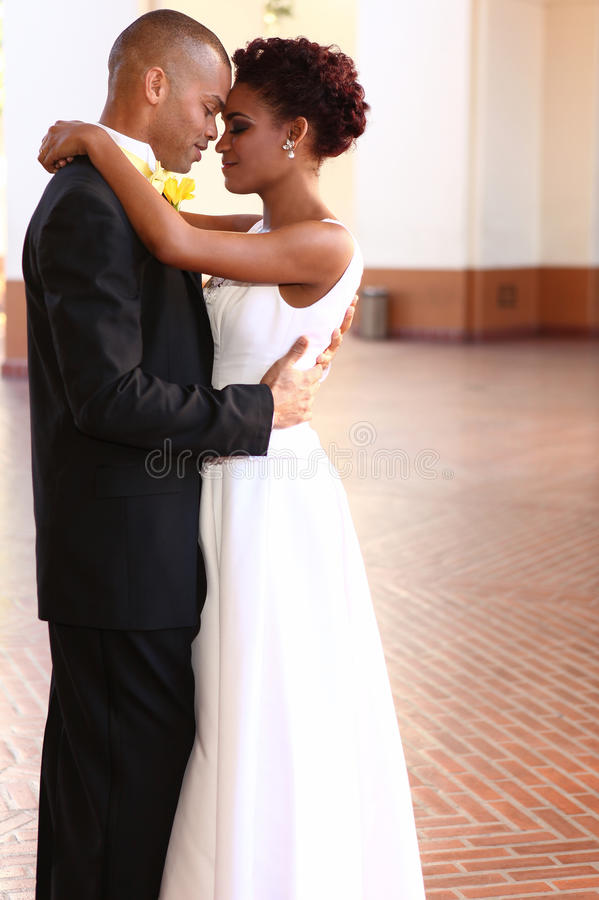 Glückliche Paare auf ihrem Hochzeitstag lizenzfreie stockfotos