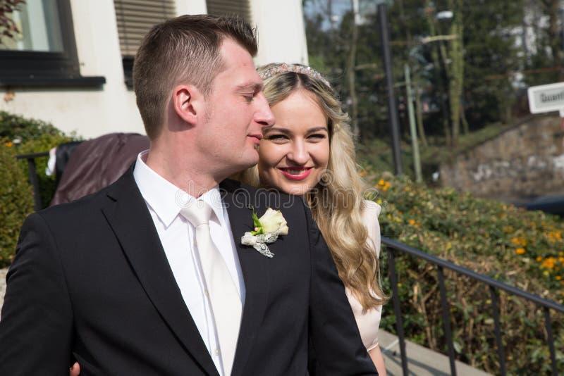 Glückliche Paare auf ihrem Hochzeitstag stockbilder