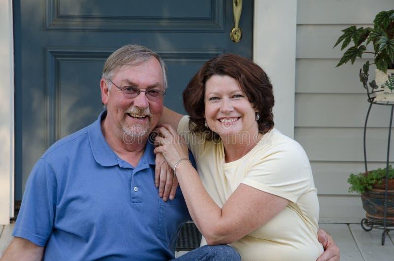 Glückliche Paare auf ihrem Portal stockbild