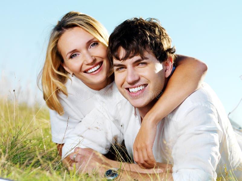 Glückliche Paare auf Natur stockfotografie
