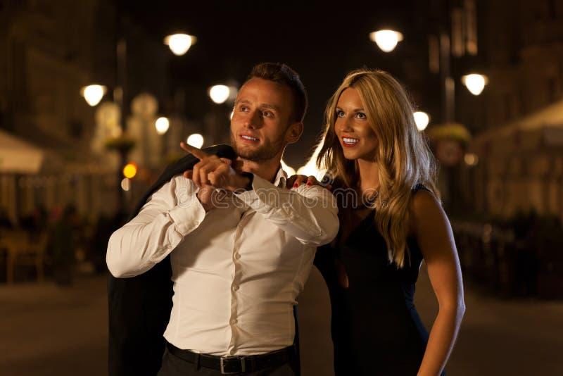Glückliche Paare in der Stadt lizenzfreie stockfotografie